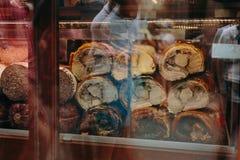 Мясо на счетчике итальянского магазина за стеклом стоковая фотография