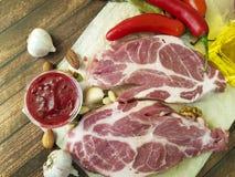 мясо на chili гаек перца деревянной доски Стоковые Изображения RF