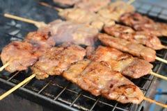 Мясо подготавливает на гриле, еде улицы в Бангкоке, Таиланде Стоковое Изображение