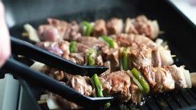 Мясо приготовления на гриле с зеленым перцем видеоматериал