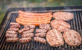 Мясо приготовления на гриле на гриле барбекю с углем Стоковая Фотография