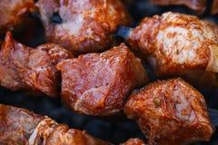 Мясо свинины сварено на протыкальниках на гриле барбекю стоковое фото