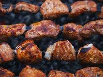 Мясо свинины сварено на протыкальниках на гриле барбекю стоковое изображение rf