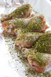 мясо сырцовое Подготавливайте для того чтобы сварить ноги цыпленка Skinless drumsticks цыпленка с травами стоковые изображения
