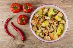 Мясо с картошками, морковью и луком в шаре, перцах chili Стоковые Фото