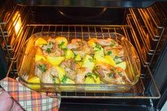 Мясо триперсток испеченное в печи Свеже сваренные триперстки с гарниром новых картошек и петрушки Стоковые Фотографии RF