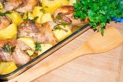 Мясо триперсток испеченное в печи Свеже сваренные триперстки с гарниром новых картошек и петрушки Стоковая Фотография RF