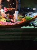 Мясо тунца будучи отрезанным в кубы суш стоковые изображения rf