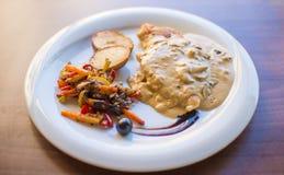 Мясо тунца с зеленым салатом и томатами Стоковые Изображения