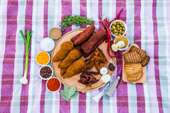 Мясо цыпленка и телятины лежит на деревянной плите Специи от Стоковая Фотография RF