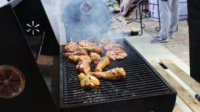 Мясо цыпленка которое кантует на гриле барбекю Мясо зажарено в гриле барбекю Mangal Мясо цыпленка на гриле во время видеоматериал