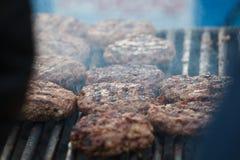 Мясо для гамбургера на жарке гриля Стоковые Фотографии RF