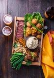 Мясо, falafel, ghanoush Бабы, овощи в коробке Еда Halal Космос для текста Взгляд сверху стоковая фотография
