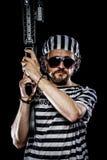 Мятеж, концепция бунта в тюрьме. Человек держа пулемет, пленника Стоковые Фото