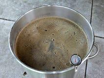 Мять Malted зерно для того чтобы сделать пиво стоковые изображения