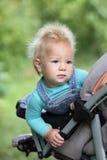 МладенецÂ смешной меховой висит от kolyaiki и смотрит в расстояние Стоковое фото RF