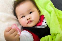 Младенец дает pacifier стоковые изображения rf