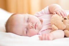 младенец внимания губами фокуса поля глубины младенческими обнюхивает селективный отмелый спать