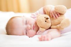 младенец внимания губами фокуса поля глубины младенческими обнюхивает селективный отмелый спать Стоковые Фото