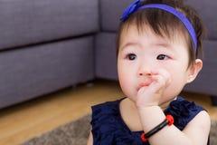 Младенец всасывая палец в рте стоковые изображения rf