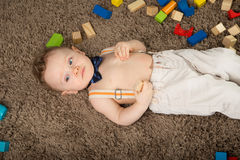 Младенец в голубой бабочке Стоковые Изображения RF
