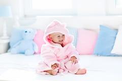 Младенец в купальном халате или полотенце после ванны стоковая фотография rf