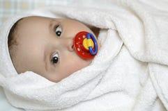 Младенец в полотенце ванны с pacifier Стоковая Фотография RF