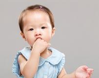 младенец ее всасывая большой пец руки стоковые фотографии rf
