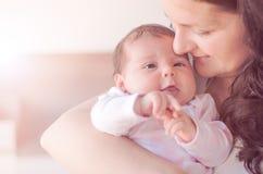 младенец ее мать newborn Мать держит ее маленького младенца стоковое изображение