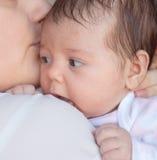 младенец ее мать newborn Мать держит ее маленького младенца стоковое фото