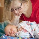 младенец ее мать newborn Стоковое Изображение RF