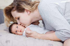 младенец ее мать newborn Стоковое Фото