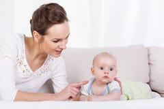 младенец ее маленькая мать стоковые фотографии rf