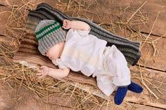 Младенец лежа на шарфе стоковое изображение rf