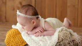 Младенец лежит в кровати на животе видеоматериал