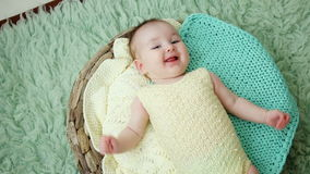 Младенец лежит в кровати на задней части сток-видео