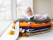 Младенец лежит на полотенцах на окне Стоковые Фото