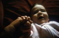 Младенец держа палец Стоковые Фотографии RF