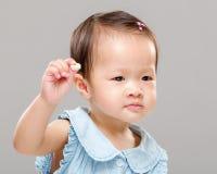 Младенец держа печенье стоковая фотография