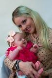 младенец держа любящую мать стоковое фото