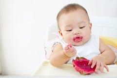 Младенец есть плодоовощ дракона Стоковое Фото