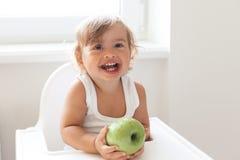 Младенец есть плодоовощ стоковая фотография