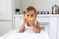 Младенец есть плодоовощ стоковые изображения