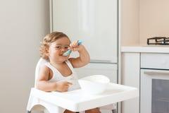 Младенец есть плодоовощ стоковое изображение