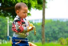 Младенец ест банан Стоковая Фотография RF