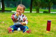 Младенец ест банан Стоковое Изображение