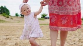 Младенец делает первые шаги сток-видео