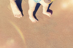 Младенец делая его первые шаги на пляже Стоковое Изображение