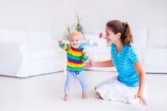 Младенец делая его первые шаги Стоковое Фото