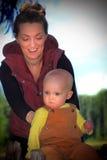 Младенец затыловки мамы Стоковые Фото